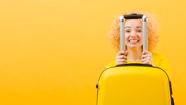 Frontowy widok blondynki kobieta z kopii przestrzenią