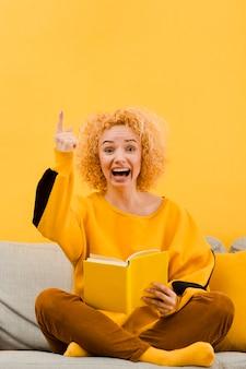 Frontowy widok blondynki kobieta z książką