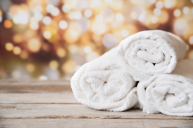 Frontowy widok brogujący ręczniki z bokeh tłem