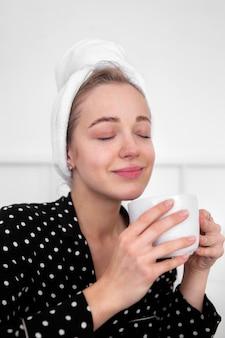 Frontowy widok cieszy się kawę kobieta
