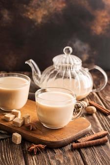 Frontowy widok dojny herbaciany pojęcie z cynamonem