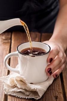 Frontowy widok herbaciany pojęcie na drewnianym stole