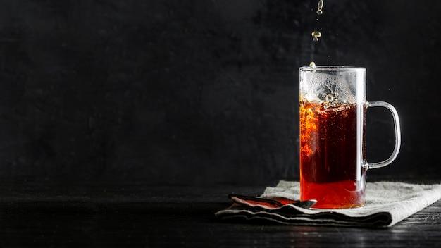 Frontowy widok herbaciany pojęcie z kopii przestrzenią