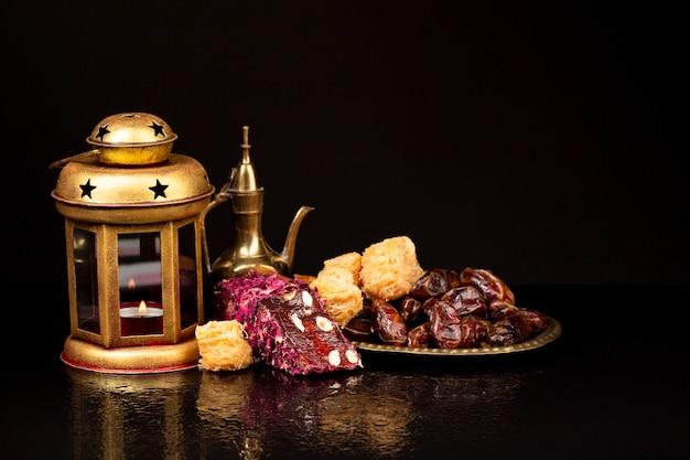Frontowy widok islamski świąteczny stół z czarnym tłem