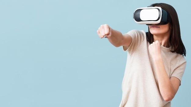 Frontowy widok jest ubranym rzeczywistości wirtualnej słuchawki z kopii przestrzenią kobieta