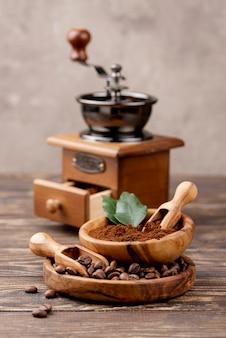 Frontowy widok kawowy pojęcie na drewnianym stole