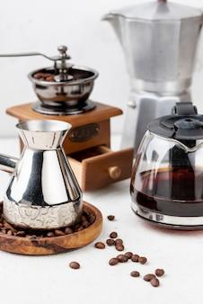 Frontowy widok kawowy pojęcie na stole