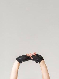 Frontowy widok kobiet ręki z rękawiczkami i kopii przestrzenią