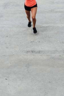 Frontowy widok kobieta bieg z kopii przestrzenią