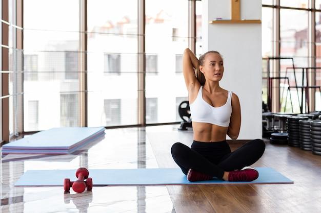 Frontowy widok kobieta przy gym