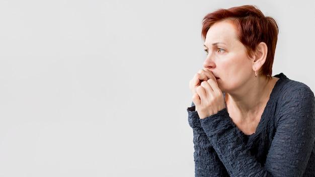 Frontowy widok kobieta z niepokojem z kopii przestrzenią