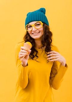 Frontowy widok kobieta z żółtymi szkłami