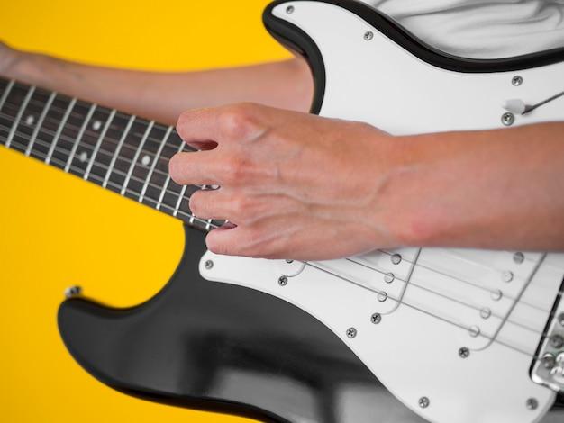Frontowy widok kobiety mienia gitara