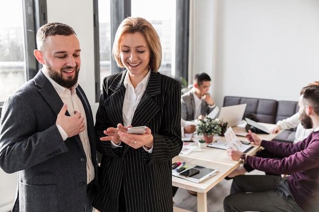 Frontowy widok ludzie biznesu przy biurem
