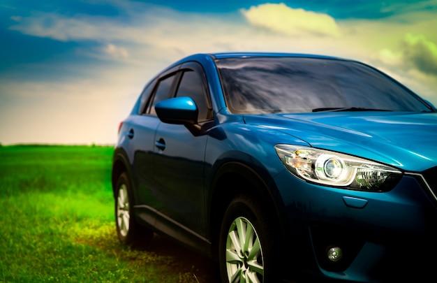 Frontowy widok luksusowy błękitny ścisły suv samochód