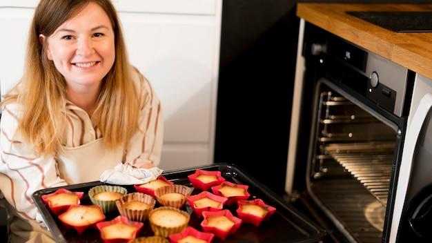 Frontowy widok macierzysty kucharstwo w domu