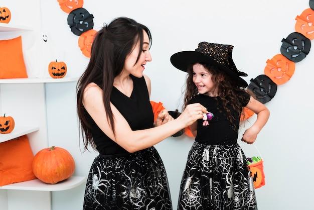Frontowy widok matki i córki ono uśmiecha się