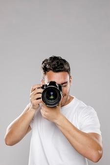 Frontowy widok męski fotograf z kopii przestrzenią