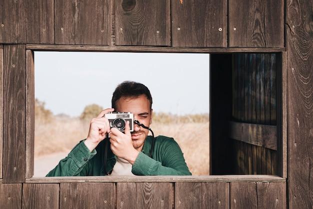 Frontowy widok mężczyzna bierze fotografie