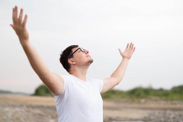 Frontowy widok mężczyzna patrzeje niebo