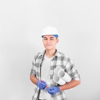 Frontowy widok młody pracującego mężczyzna ono uśmiecha się