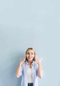 Frontowy widok myje jej twarz i ręki szczęśliwa kobieta
