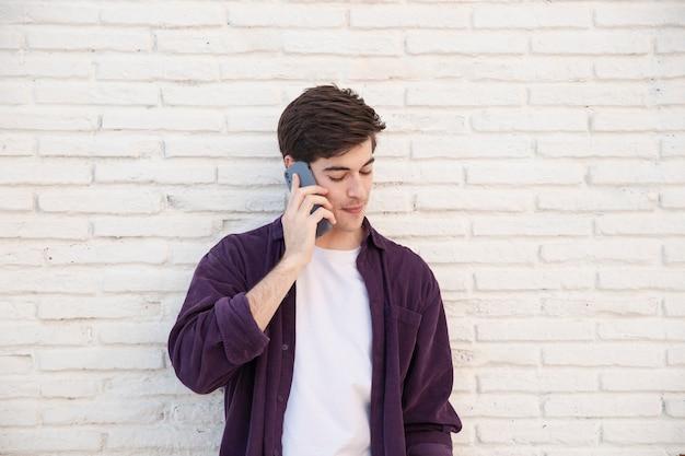 Frontowy widok opowiada na smartphone mężczyzna
