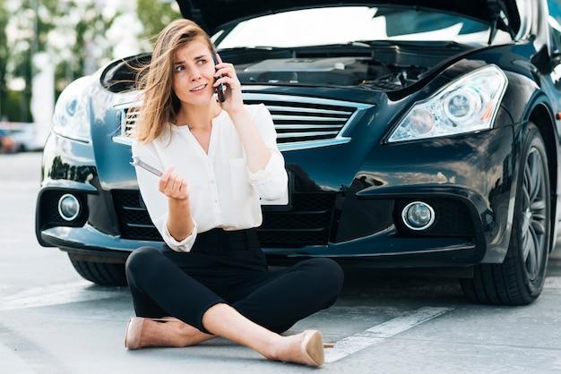 Frontowy widok opowiada na telefonie kobieta