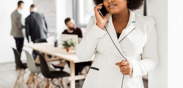 Frontowy widok opowiada przy telefonem kobieta