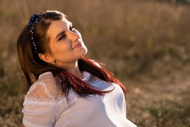 Frontowy widok patrzeje niebo młoda kobieta