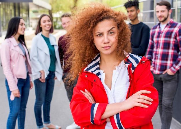 Frontowy widok piękna kobieta patrzeje kamerę z kędzierzawymi włosami