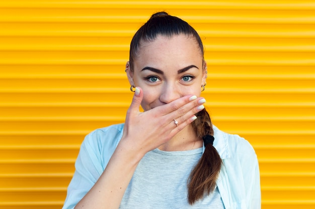Frontowy widok piękna kobieta zakrywa jej usta