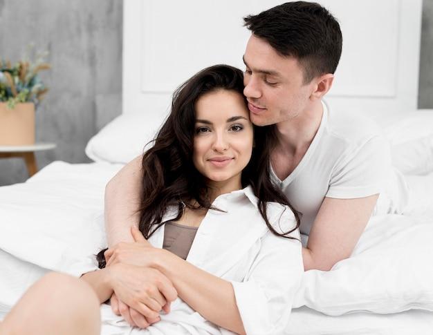 Frontowy widok pozuje w domu romantyczna para