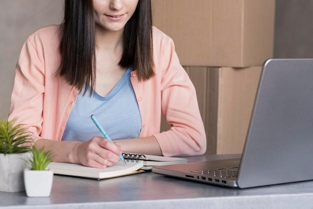 Frontowy widok pracuje przy biurkiem kobieta