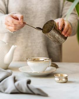 Frontowy widok przygotowywa ziołowej herbaty kobieta
