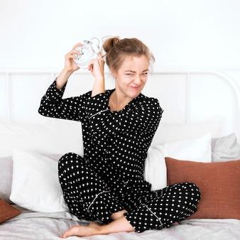 Frontowy widok relaksuje w domu kobieta
