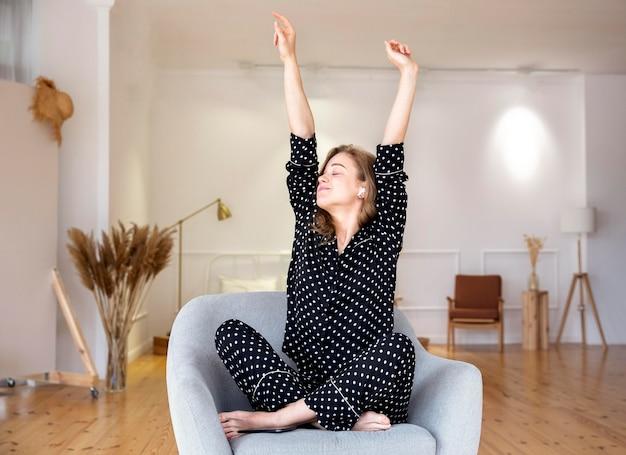 Frontowy widok relaksuje w domu piękna kobieta