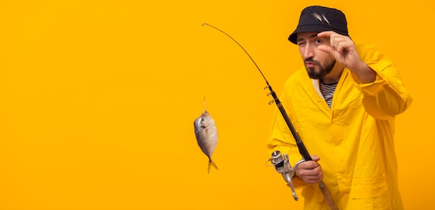 Frontowy widok rybaka mienia połowu prącie z chwyta i kopii przestrzenią