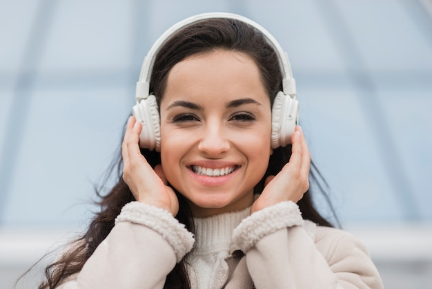 Frontowy widok słucha muzyka na hełmofonach szczęśliwa kobieta