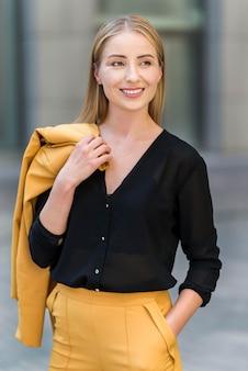 Frontowy widok smiley biznesowa kobieta pozuje outdoors