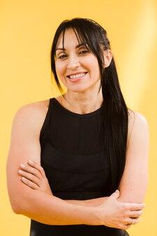 Frontowy widok smiley sportowa kobieta w gym stroju