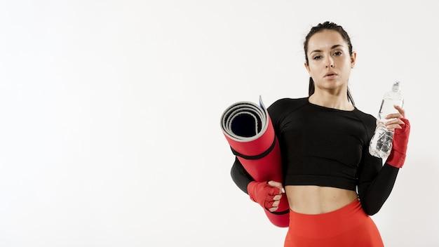 Frontowy widok sporty kobieta z kopii przestrzenią