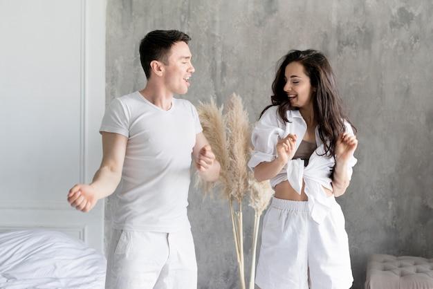 Frontowy widok szczęśliwa para w domu