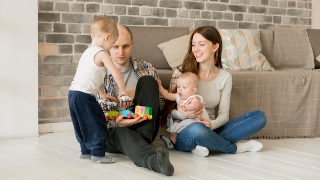 Frontowy widok szczęśliwy rodzinny pojęcie
