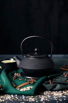 Frontowy widok tradiotional czajniczek z copyspace