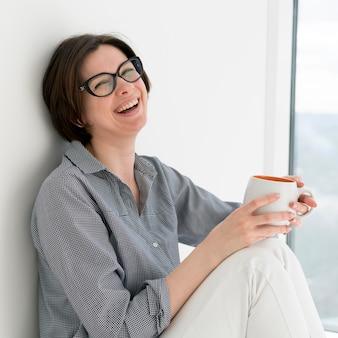 Frontowy widok uśmiechnięta kobieta w domu