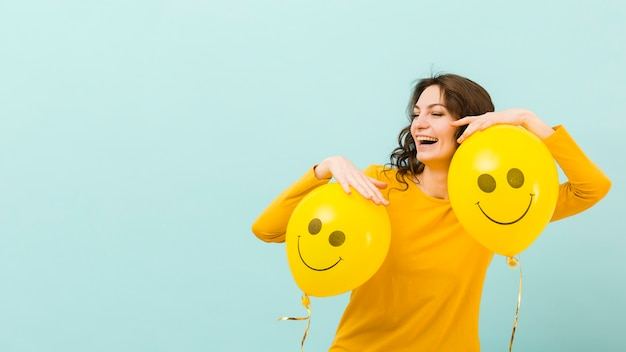 Frontowy widok uśmiechnięta kobieta z kopii przestrzenią