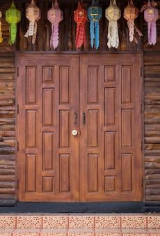 Frontowy widok wejściowy drewno rzeźbiący drzwi, tajlandzki styl