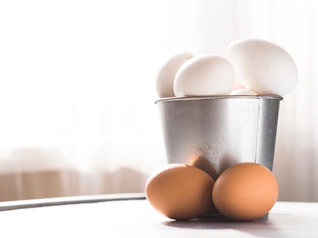 Frontowy widok wiadro z jajkami i kopii przestrzeń