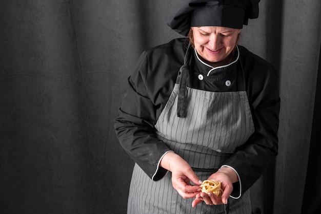 Frontowy widok żeński szef kuchni z kopii przestrzenią